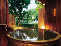 曲水亭『桐壷』の露天風呂。プライベートな空間で、ごゆっくりと湯浴みをお楽しみ下さい。