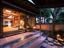 館内を流れる川に架かる「月光橋」を渡り、まさに「純和風」な佇まいの宿泊棟へ。