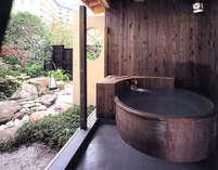 曲水亭『夕顔』の貸切露天風呂。ごゆっくりとお寛ぎ下さい。