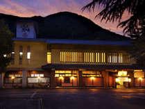 自然に囲まれた美しい景勝地に佇む温泉旅館です。