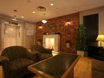*広い落ち着いた雰囲気のロビーでは暖炉の演出でお客様をお迎えいたします。