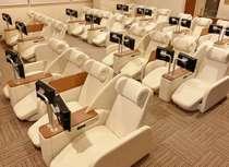 全62席のリラックスルーム 全席フルオートリクライナー USBポート・コンセント付き