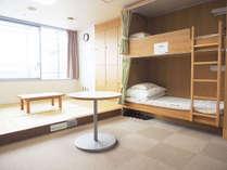 【個人・家族・グループ利用】2段ベッドが3台、又は2段ベッドが2台と畳がある定員6名様のお部屋です。