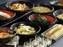 【和洋ビュッフェ朝食】ご飯のお供に日本三大菜漬のひとつ「広島菜」や和食調理人が漬けたお漬物をご用意。