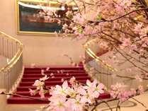 ロビーイメージ。今年も桜の季節はもうすぐ。(※昨年2017年3月下旬のロビーです。)