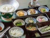 【和朝食】落ち着いた空間で自慢の和朝食とともにゆっくりとした時間をお過ごしください。
