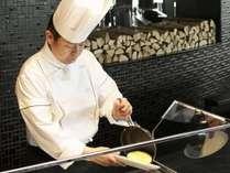 【和洋ビュッフェ朝食】シェフが目の前で焼き上げるスタンドクッキングコーナーのふわふわオムレツ。