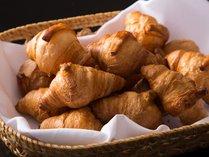 【和洋ビュッフェ朝食】30分毎に焼き上がるサクサクのクロワッサン。豊かなバターの風味。