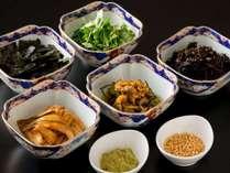 【和洋ビュッフェ朝食】穴子煮やじゃこの佃煮など、朝茶漬けに数種類のトッピング