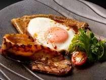広島県産豚バラ肉の自家製ベーコンとチーズのガレット(メニュー一例)