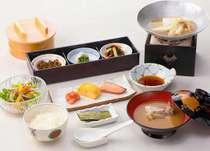 【和朝食】炊き立ての「広島県庄原産こしひかり」はおひつでご用意。季節の小鍋がおすすめ。
