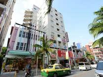 *ホテル外観/国際通りのど真ん中に立地しております。
