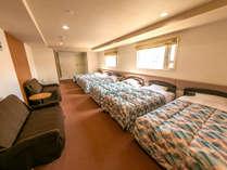 【客室一例/ファミリールームA】ユニットバス・トイレは2台設置しています。