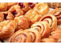 毎日焼き立てのパン各種。サクサクフワフワのパンの香りがレストランに漂います♪