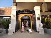 北欧のホテルを思わせる、二体のライオン像がお出迎え。