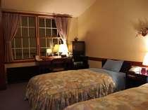 リラックスブルーで統一されたゲストルーム。間接照明がやさしくお客様を迎えます。
