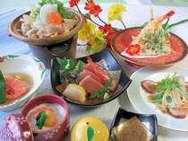ご夕食季節の旬彩御膳(一例)地場産食材を彩り豊かに炊き立て米も好評。季節により内容が異なります。