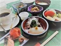 朝食膳の一例朝からの~イカ刺し!生姜醤油で頂きます。うまいっしょ