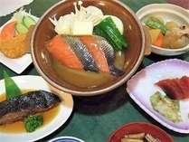 旬秋、鮭のチャンチャン焼き付き夕食膳の一例です。美味しい函館の味をどうぞ~