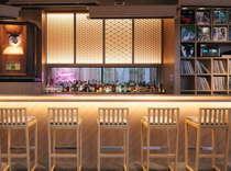 カナザワミュージックバー。田鶴浜の建具職人がしつらえた七宝をシンボルに和モダンな空間。