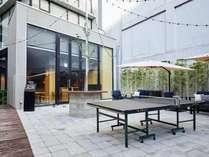 テラス席には、ゆったり座れるソファーシートと卓球台を設置。