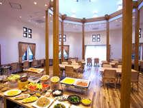 明るい光の差し込む開放的な空間で気持ちよくご朝食をお召し上がりください!
