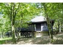 湖畔沿いに建てられた貸別荘風コテージ「ケビン棟独立タイプ」(1棟定員6名)