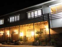 はしもと屋の外観です。裏には広大な日本海が広がっています。暖簾と提灯が目印です!