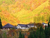 天竺温泉の郷は五箇山の天空の宿。秋は紅葉に包まれます。