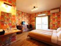 ツインルーム(B)です。ポップなカラーリングのお部屋です。