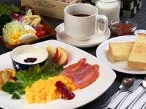 選べる朝食。大好評の自家製パンとスクランブルエッグセット。