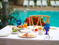 洋食or和食から選べるご朝食。プールサイドの日差しが差し込むレストランでお召し上がりください。
