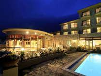夜のプールと外観。お洒落な雰囲気の中、プライベートリゾートを存分にご満喫!