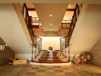 エントランスから回廊風の階段を歩みフロントへ!