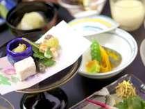 【夏のかも川コースお料理一例】夏の食材を、涼しげな京会席に仕立てました。
