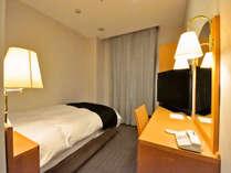 セミダブルルーム13平米、ベッド幅140cm