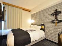 ダブルルーム(広さ13.09平米/ベッド幅151cm)ワイドダブルベッド使用。ゆっくりとお休みください。