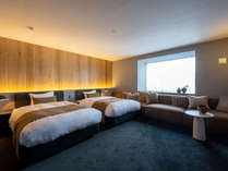【VMGコンフォート(ツイン)・101】窓からの柔らかな光と白木の壁が心地よさを感じる