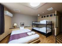 ダブルベッド&二段ベッドのお部屋です。