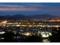 【旭川の夜景】旭川市街地が一望できる静かな高台で、ごゆっくりお寛ぎください。
