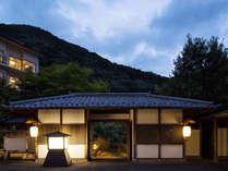 【外観】川治の豊かな自然の懐に抱かれるように、ひっそりと佇む温泉旅館。山里の温かな風情あふれる時間を