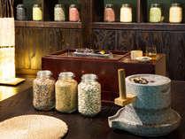 【里山工房】様々な種類の大豆をオリジナルでミックスして、きな粉を挽きます。