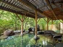 【露天風呂】木々の緑が美しく眺められる朝の湯浴みがおすすめ。心から清々しくなれます。
