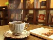 【トラベルライブラリー】コーヒーや紅茶をセルフサービスでお楽しみいただけます。