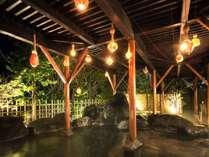 【露天風呂|夜】ひょうたんの幻想的な灯りを眺めながらの湯浴み。