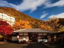 【外観】秋になると周りの山々が紅葉一緒に染まります。