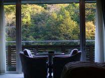 渓谷を望み、心地よい静けさを愉しめる。