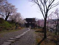 当館から車で20分、城山公園。江戸時代の飯山藩主松平氏が湯治場として利用し、今の「大湯」となった。
