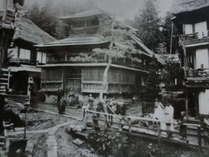 写真は明治に撮影、400年前最初の湯仲間の湯「大湯」右側に常盤屋が
