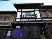 歴史ある佇まいが風格を見せる京町家一棟貸切り宿「格致しょうぶ庵」